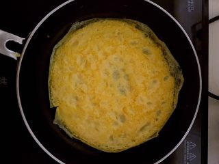 蛋皮炒韭苔,蛋饼定型后翻面