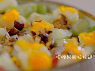 有虾又有溏心蛋的高颜值沙拉,腰果碎撒进沙拉碗里