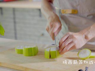 有虾又有溏心蛋的高颜值沙拉,把西葫芦先从中间切圆形块,然后再像切苹果一样切成小块