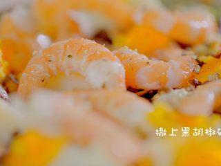 有虾又有溏心蛋的高颜值沙拉,最后撒上黑胡椒点缀