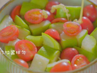 有虾又有溏心蛋的高颜值沙拉,加入适量的沙拉酱,沙拉酱口味按个人喜好