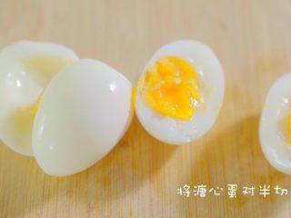有虾又有溏心蛋的高颜值沙拉,溏心蛋的制作下次做得详细一点,这里就不演示了,刀上抹油切溏心蛋不容易沾刀