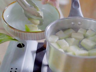 有虾又有溏心蛋的高颜值沙拉,等到西葫芦颜色变深即可捞起,放入沙拉碗中