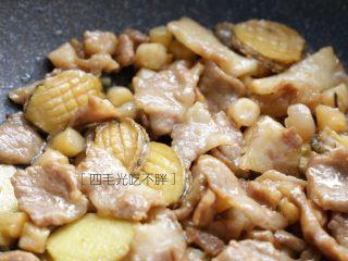 海鲜鲍鱼粥,干贝、瘦肉和鲍鱼肉炒一下;