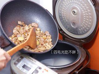海鲜鲍鱼粥,把炒好的鲍鱼和瘦肉及干贝倒入电饭煲里,加五分之四锅水;