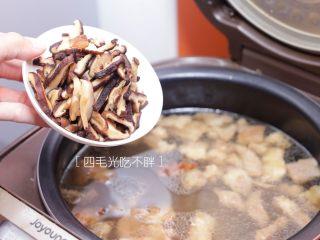海鲜鲍鱼粥,倒入切好的香菇;