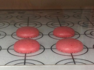 面粉版马卡龙,成功的马卡龙会在烘烤几分钟后出现裙边。