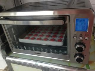 面粉版马卡龙,放入提前预热150度的烤箱,烘烤18分钟左右。