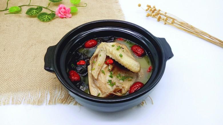 养生母鸡汤,盛入汤碗中,撒上葱花,好香哦。