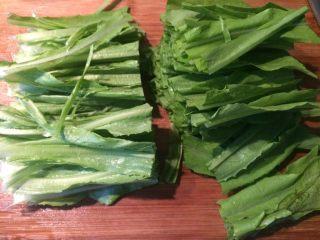 蒜蓉油麦菜,洗净,切段备用,沥干水分