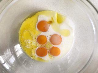 草莓蛋糕卷,牛奶、糖和油一并加入蛋黄盆中搅打