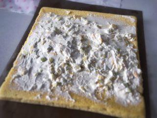 草莓蛋糕卷,铺奶油的时候,中间多一些边上少一点