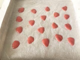草莓蛋糕卷,烤盘上铺一层油纸,把草莓形状挤在油纸上(可以将带有草莓图案的硅胶垫放在油脂下面转印,也可以在纸上画出草莓形状,然后铺在油脂下面按照图案来挤面糊,但在烘烤之前一定要把纸拿出来),预热烤箱上下火175度,烤盘放入烤箱烤1~2分钟后拿出。