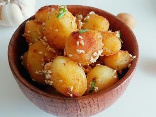 """万能的土豆+飘香小土豆,堪称完美的小土豆,小妞儿边吃边称赞:""""太好吃了"""""""