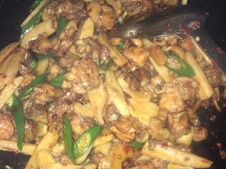 姜爆鸭子,翻炒过程中加入酱油,蚝油,白沙糖直至炒熟(觉得盐味不够的可以加盐)