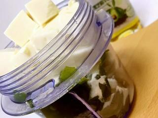 豆腐虾糕,将虾肉、泡发好的裙带菜、面粉、豆腐、盐一同用料理机搅拌均匀。