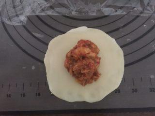 小龙虾月饼,压扁擀开,放入适量的小龙虾肉馅