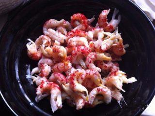 小龙虾月饼,去头去壳取肉,把泥肠也去除