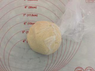 小龙虾月饼,和成酥皮团,也放入保鲜袋里入冰箱冷藏松弛30分钟