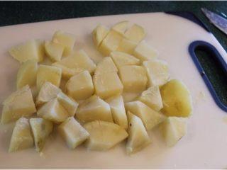 孜然土豆,切成1.5-2公分的小方块。