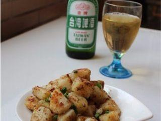 孜然土豆,煮好了,微辣带有特殊香气的口味,也是一道很好的下酒小菜。
