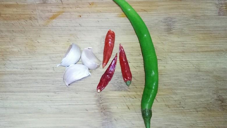 凉拌茄子,准备青辣椒,干红辣椒(新鲜的小米椒也可以),大蒜