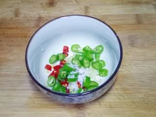 凉拌茄子,放入半勺糖