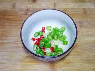 凉拌茄子,青椒洗干净,切成辣椒圈放入碗中
