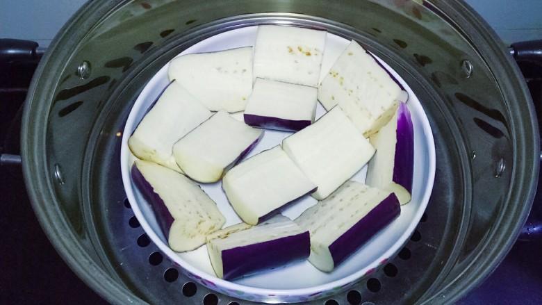 凉拌茄子,上锅蒸熟,用筷子能插透即可