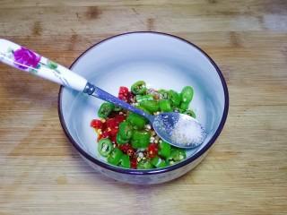 凉拌茄子,加入盐小半勺
