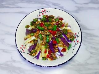 凉拌茄子,将料汁浇在茄子条上,吃的时候拌均匀即可,放置一会入味更好吃。