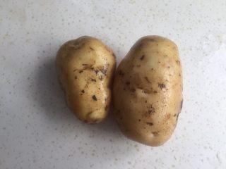 土豆丝饼,土豆两个洗洗刷去泥土准备好。