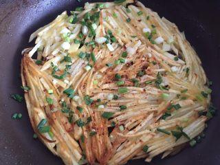 土豆丝饼,然后再撒些辣椒面,葱花也撒上。
