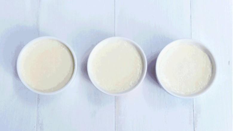 双皮奶,要品尝到细腻嫩滑的双皮奶,要将制作完成的奶液充分过滤,严格把控蒸煮时间
