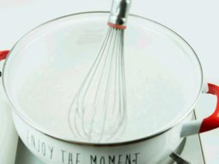 杨枝甘露,锅中放入2.5L冷水烧开,水沸腾后倒入西米煮,边煮边搅拌,防止粘锅