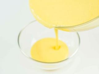 杨枝甘露,拿出冷藏的芒果果浆,分别倒入两个小碗中