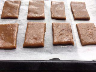 红糖饼干,烤盘铺上锡纸,均匀摆放在烤盘上;