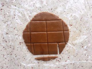 红糖饼干,去掉边角,切成你想要的形状;