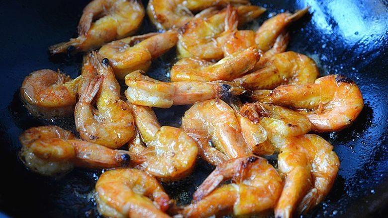 避风塘虾,将腌制好的虾炒至金黄,虾壳酥脆,捞出
