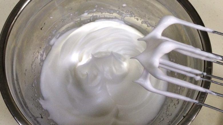 百香果慕斯,分三次加入细砂糖搅打至蛋白呈干性状态。