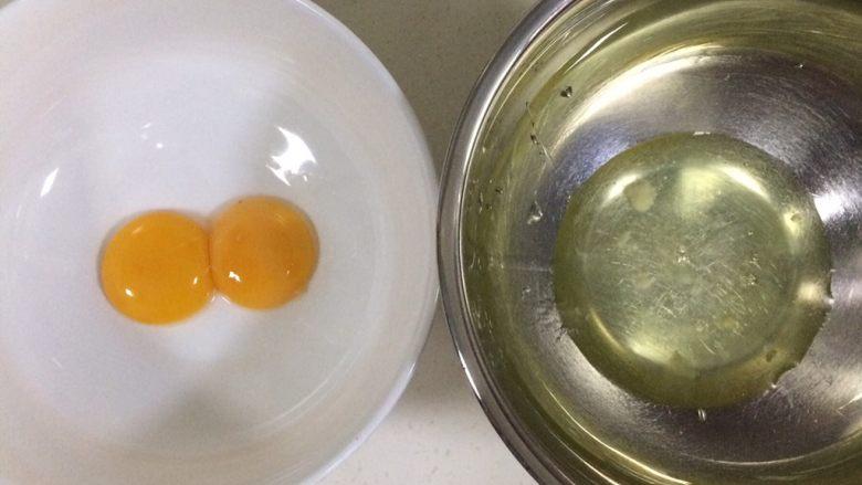 百香果慕斯,先制作慕斯蛋糕的戚风夹层:蛋白和蛋黄分离在无水无油的容器内。
