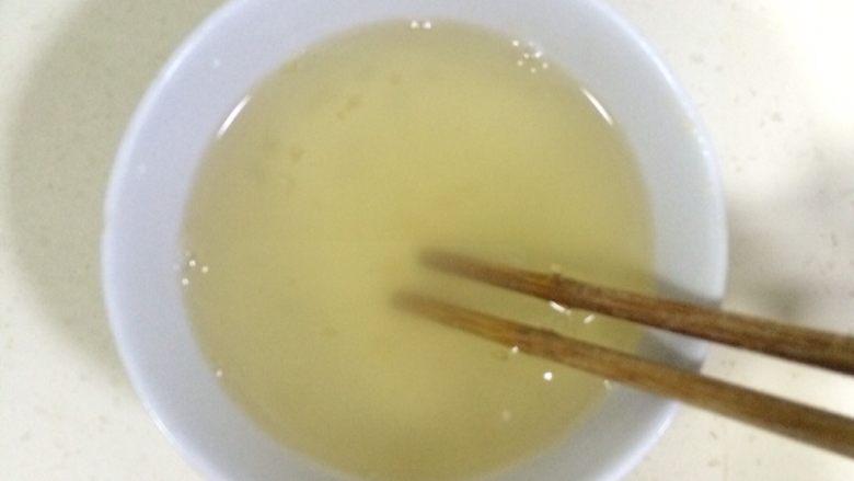 百香果慕斯,加入130克热水,搅拌至吉利丁粉溶解。