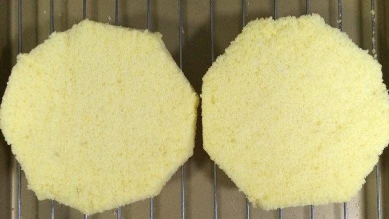 百香果慕斯,将烤好的戚风切出2片大约1~1.5厘米厚度的薄片,然后把蛋糕片边缘切掉一些,只要比6寸模具小点即可。