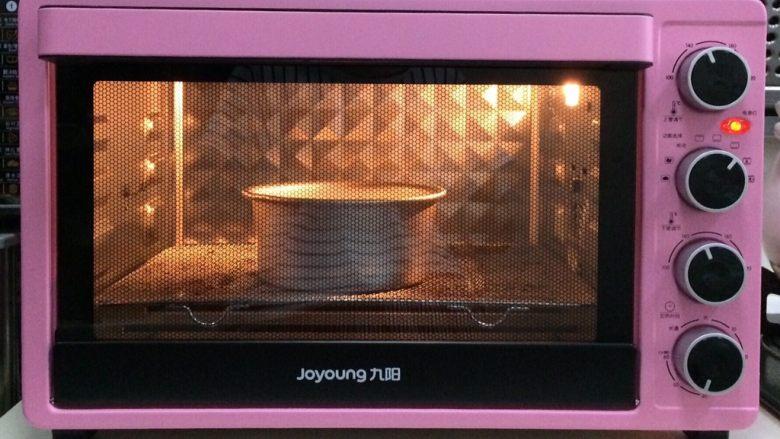百香果慕斯,入预热好的烤箱中下层,上下火145度约烤30分钟。