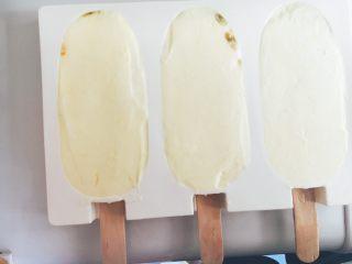 百香果芒果雪糕,把溶液倒进冰棍模具中
