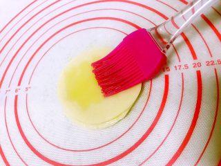 饺子皮的春天来了(快速版春卷),一层一层刷上油。