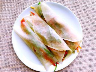 饺子皮的春天来了(快速版春卷),卷上自己喜欢吃的蔬菜。