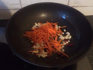 酸辣土豆丝,倒入胡萝卜翻炒均匀