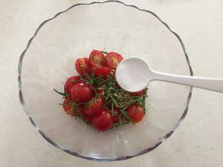 迷迭香佛卡夏,将小番茄、迷迭香放进碗里,加入盐;
