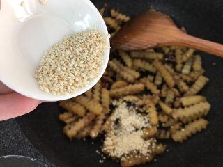 孜然土豆条,再加入熟芝麻炒均匀